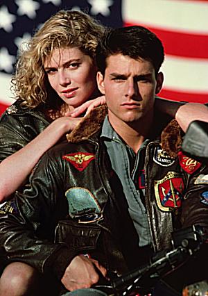 トムクルーズ映画代表作「トップガン」では空軍のパイロットを演じています。大ヒット作品。